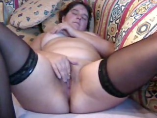 chubby mature babe plays  to orgasm
