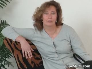 mature bitch into nylons use big dildo part3